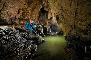 espeleología cueva exploración subterráneo persona agua